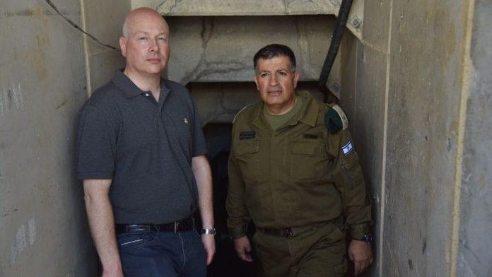Jason Greenblatt (t.v.) og Yoav Mordechai inspiserer en av Hamas' mange terrortunneler. (Foto: COGAT Spokesperson's Office)