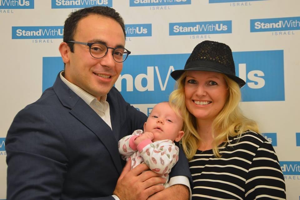 Mark Halawa, kona Linda Brunnel og datteren Atara. (Foto: StandWithUs)