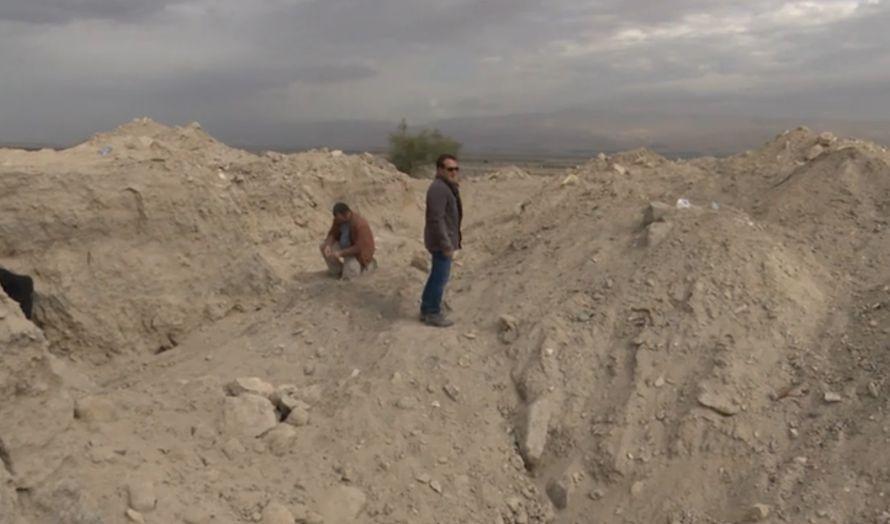 Hauger og hull preger området etter tyvenes jakt på verdisaker. (Foto: Skjermdump fra Hadashot)