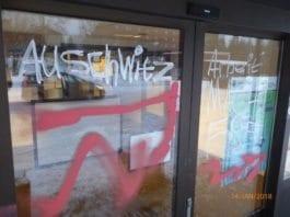 NAV-kontoret er tagget med «Auschwitz» og «Arbeit macht frei». (Foto: Tore Wilhelmsen)
