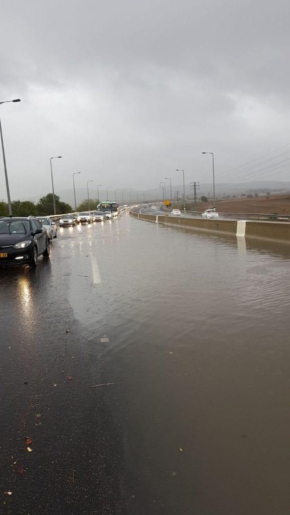 Oversvømmelse på hovedveien mellom Tel Aviv og Jerusalem, ved Latrun. (Foto: Israelsk politi/Twitter)