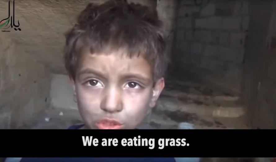 Denne syriske gutten sier de spiser gress. (Skjermbilde fra Youtube)