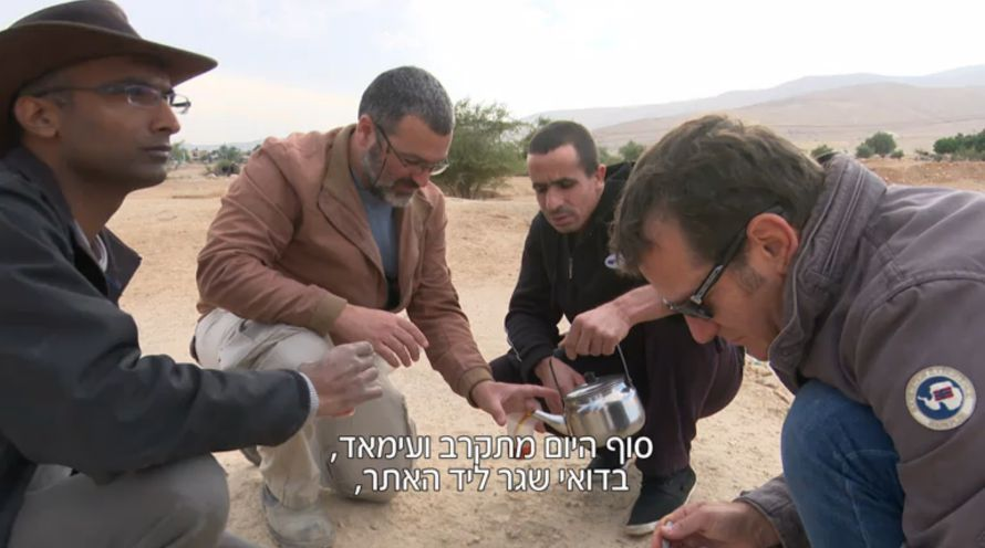 En lokal beduin serverer te til de tre gjestene. (Foto: Skjermdump fra Hadashot)