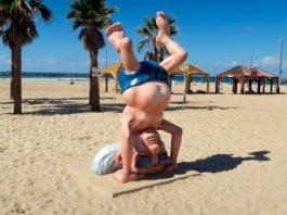 En israelsk kunstner har laget en skulptur som illustrerer overskriften i denne artikkelen bedre enn vi kunne kommet på selv. Israels første statsminister David Ben Gurion står på hodet på stranden i Tel Aviv. (Foto: Terrazzo, flickr)