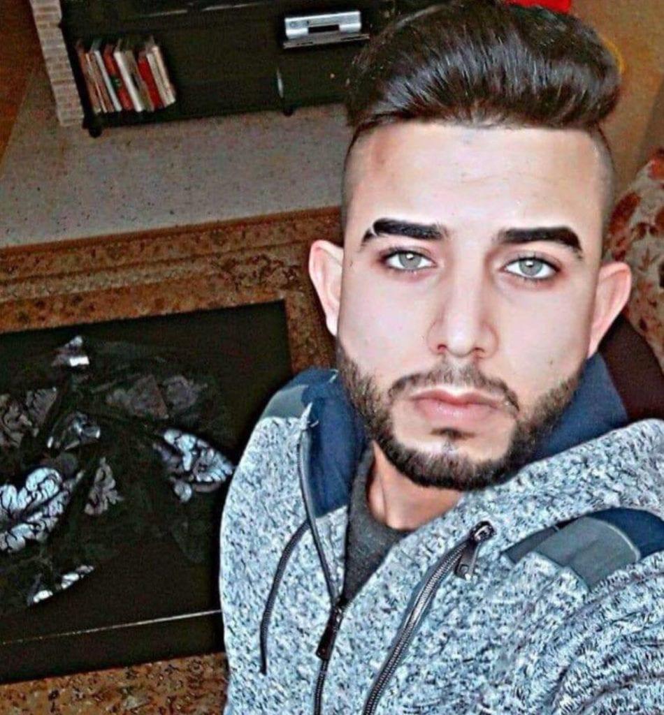 Abed al-Karim Assi (19) er mistenkt for knivdrapet mandag 5. februar. (Foto: Twitter)