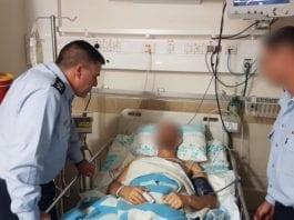 Sjefen for det israelske luftforsvaret, Amiram Norkin (t.v.), besøker den skadde piloten på sykehus. (Foto: IDF)