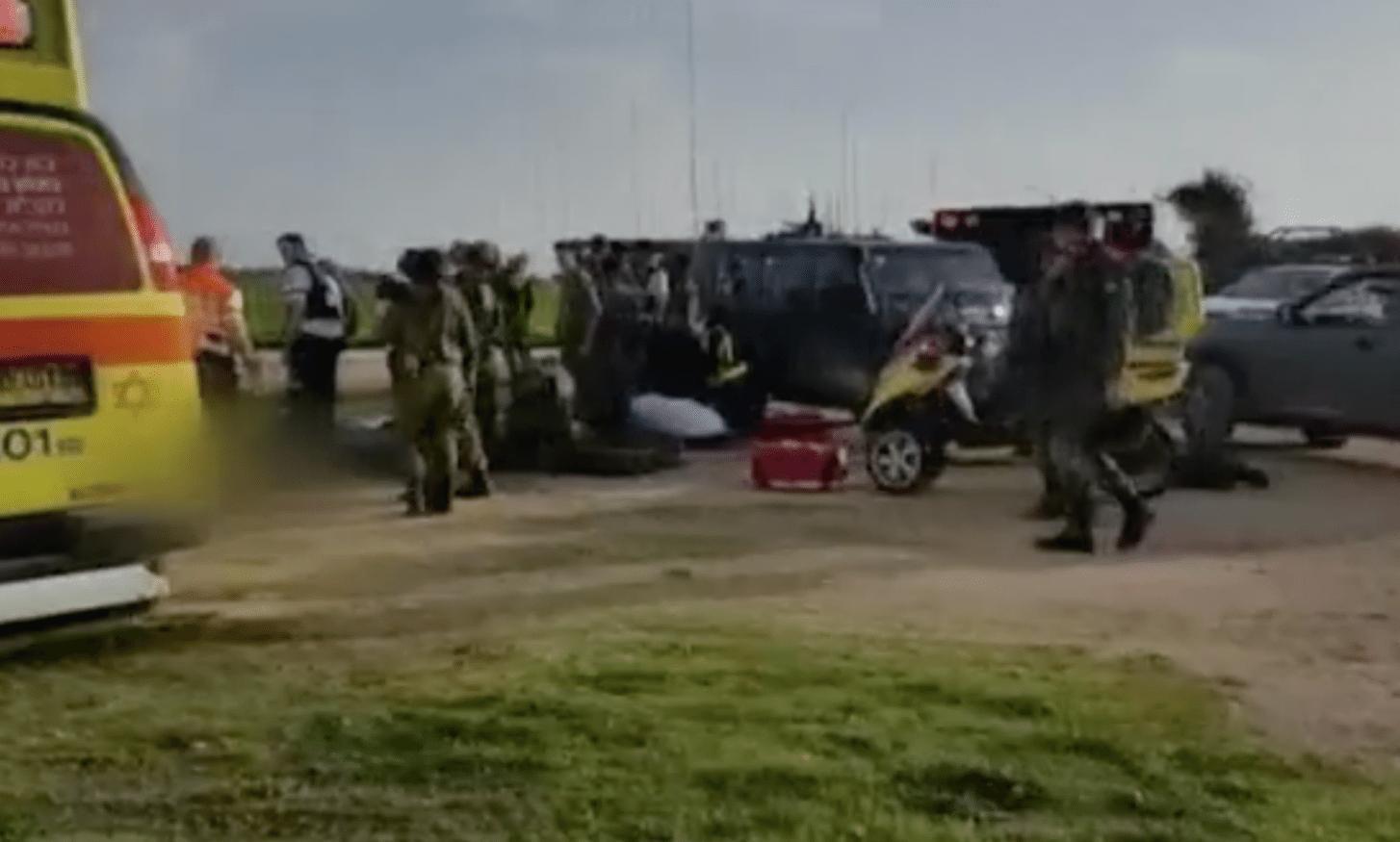 Fire israelske soldater ble skadet av en veibombe ved grensen mellom Israel og Gazastripen. (Foto: Skjermdump Hadashot news)