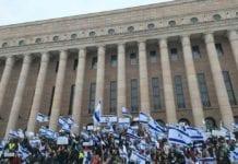 Finske Israel-venner samlet seg utenfor det finske parlamentet for å vise sin støtte til Israel. (Foto: Facebook)
