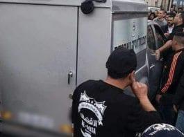 De israelske soldatene ble omringet før de ble angrepet med blant annet steiner. (Foto: Twitter)