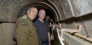 Jason Greenblatt (i midten) besøkte nylig en av Hamas' terrortunneler. De koster store ressurser å bygge. (Foto: COGAT)
