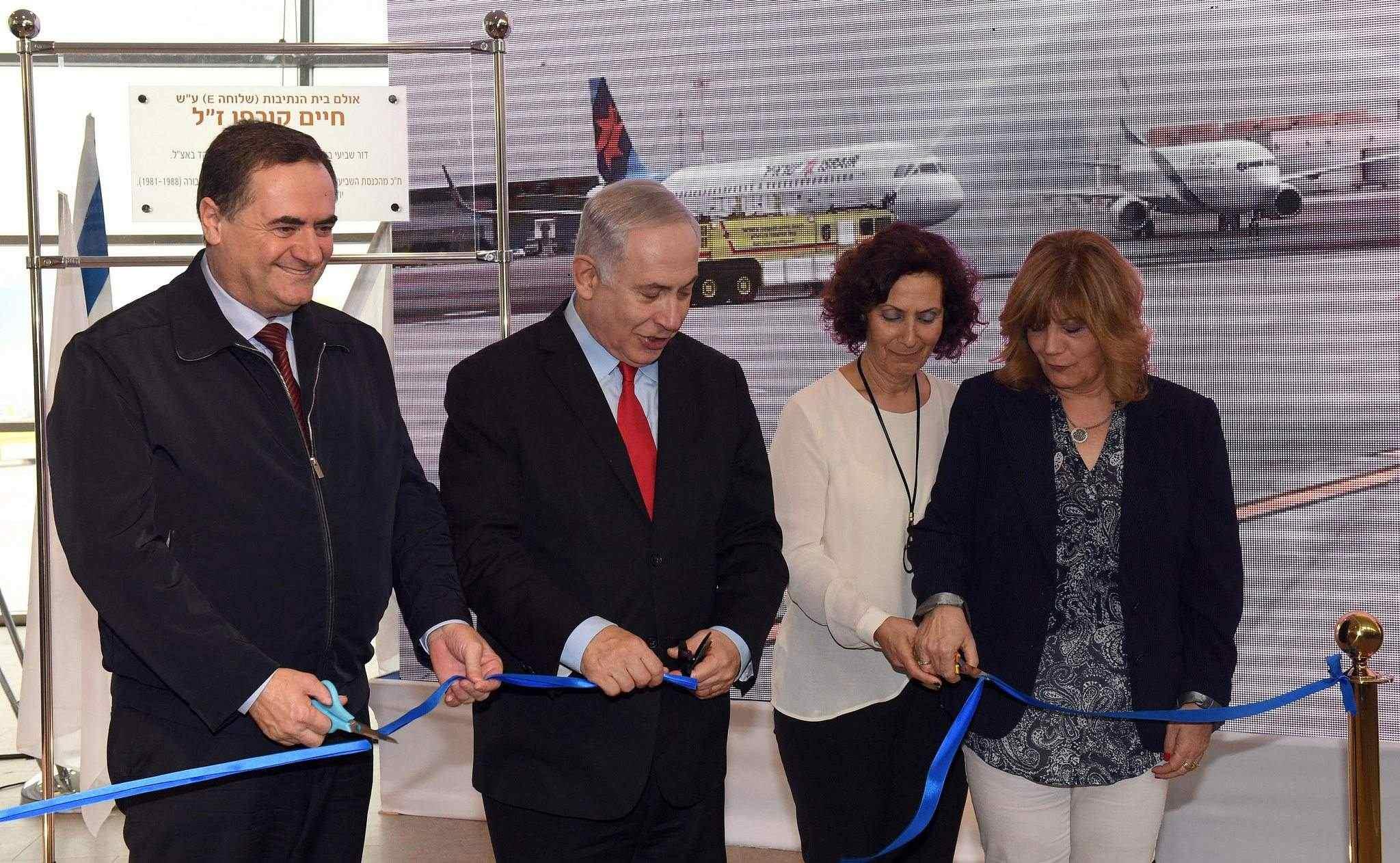 Turistminister Yariv Levin (t.v.) og Benjamin Netanyahu klipper snora ved åpningen av den nye fløyen. (Foto: GPO/Flickr)