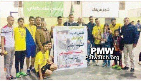 Vinnerlaget poserer med et skilt med hyllest til Raed Al-Karmi. (Foto: Facebook/PMW)