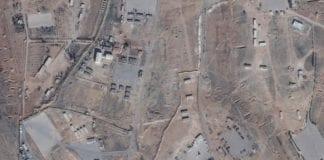 Satelittbilder skal vise en ny iransk base i Syria. De hvite byggene nederst skal inneholde raketter. (Foto: Google Earth)