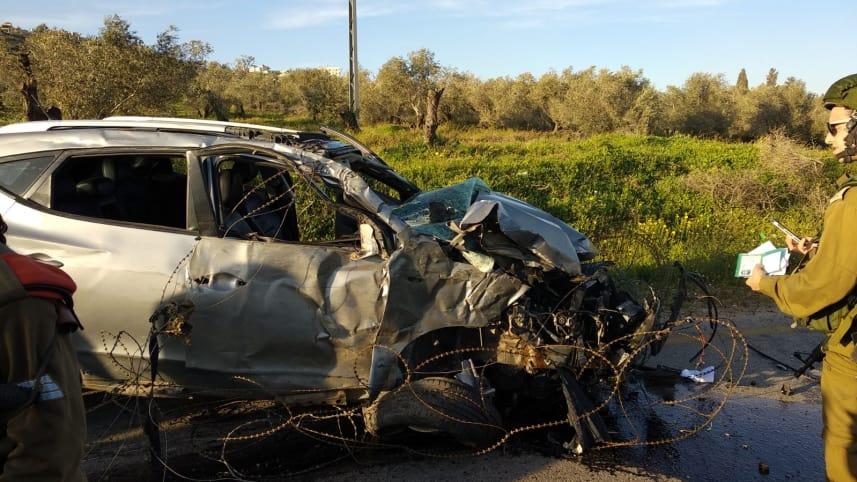 Det israelske militæret undersøker bilen som traff de unge israelerne. (Foto: Magen David Adom)