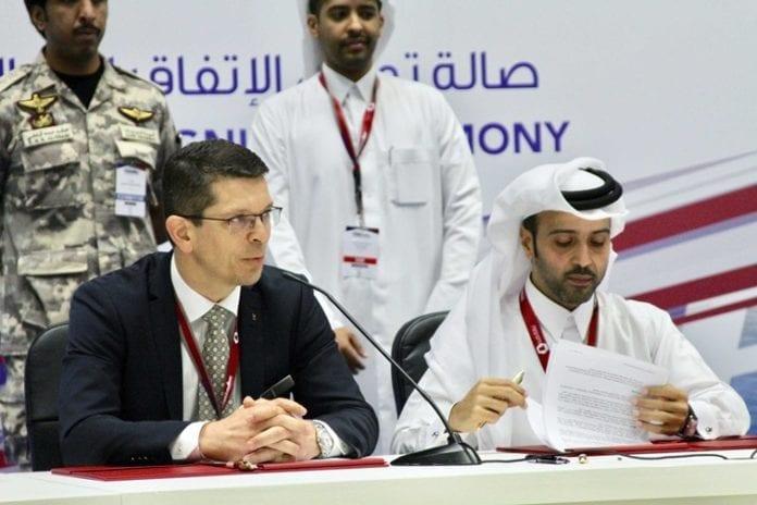 Konsernsjef Geir Håøy i Kongsberg Gruppen og Nasser Hassan Al-Naimi, Managing Director Barzan Holdings, signerer avtalen i Doha, Qatar. (Foto: Kongsberg Gruppen)