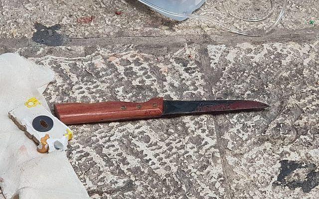 Denne kniven ble brukt i angrepet. Gjerningsmannen ble skutt og drept av politiet. (Foto: Det israelske politiet)