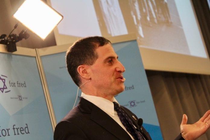 Den amerikanske advokaten David Abrams snakket om hvordan han gikk til sak mot Norsk Folkehjelp. (Foto: Bjarte Bjellås)