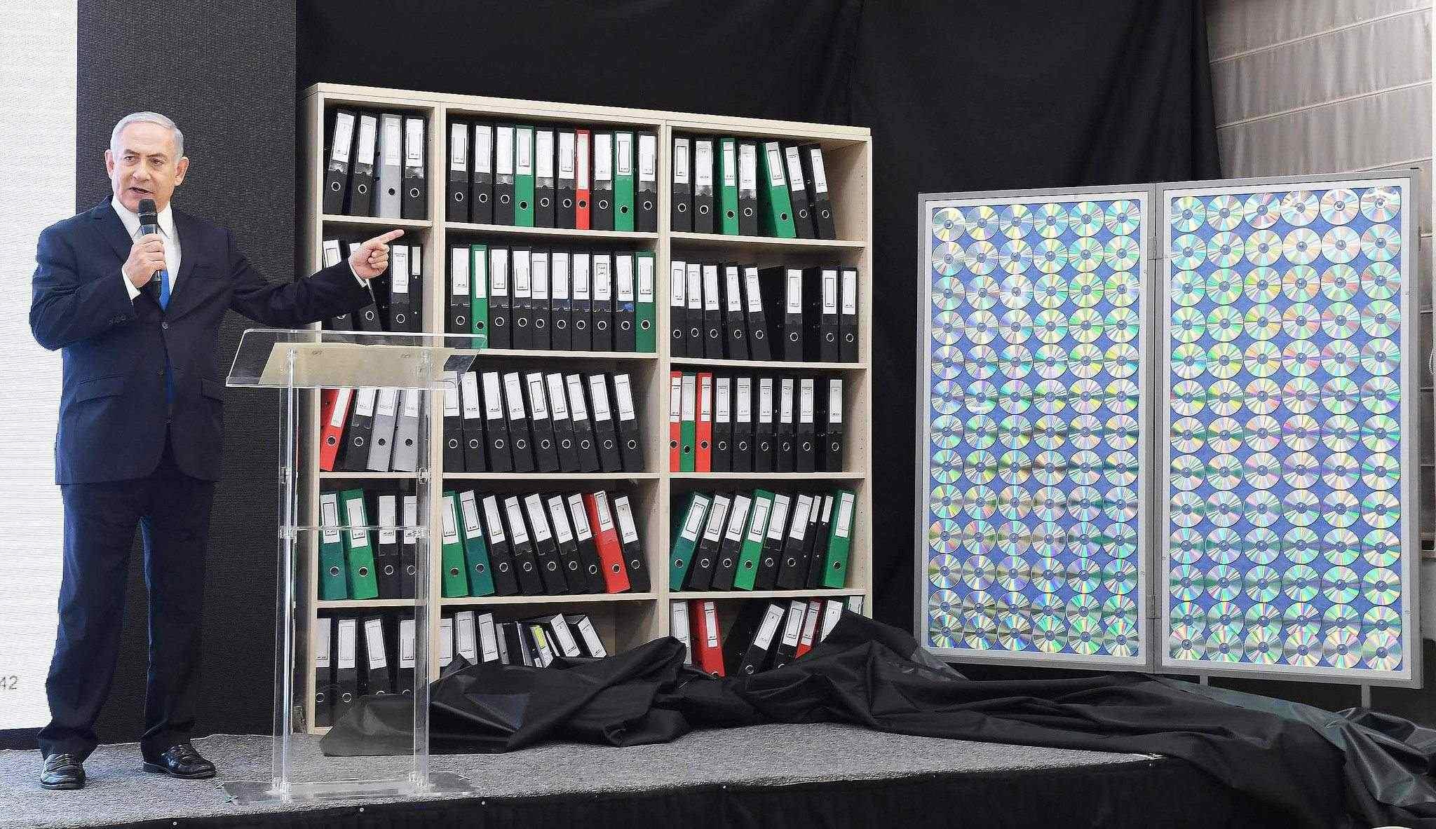 Netanyahu foran dokumentene som israelsk etterretning har klart å få tak i fra Iran. (Foto: Israels statsminister Benjamin Netanyahu presenterte bevis for at Iran har et atomvåpenprogram. (Foto: Amos Ben Gershom)