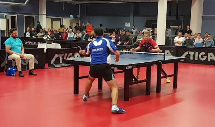 Michael Tauber i blå skjorte. Borgar Haug i mørkeblå og rød. (Skjermdump fra Youtube)