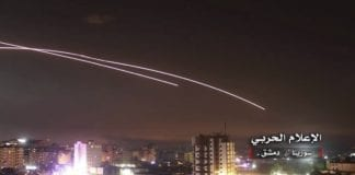 Dette bildet fra en regime-vennlig kilde viser antiluftskyts som prøver å skyte ned israelske raketter utenfor den syriske hovedstaden Damaskus.