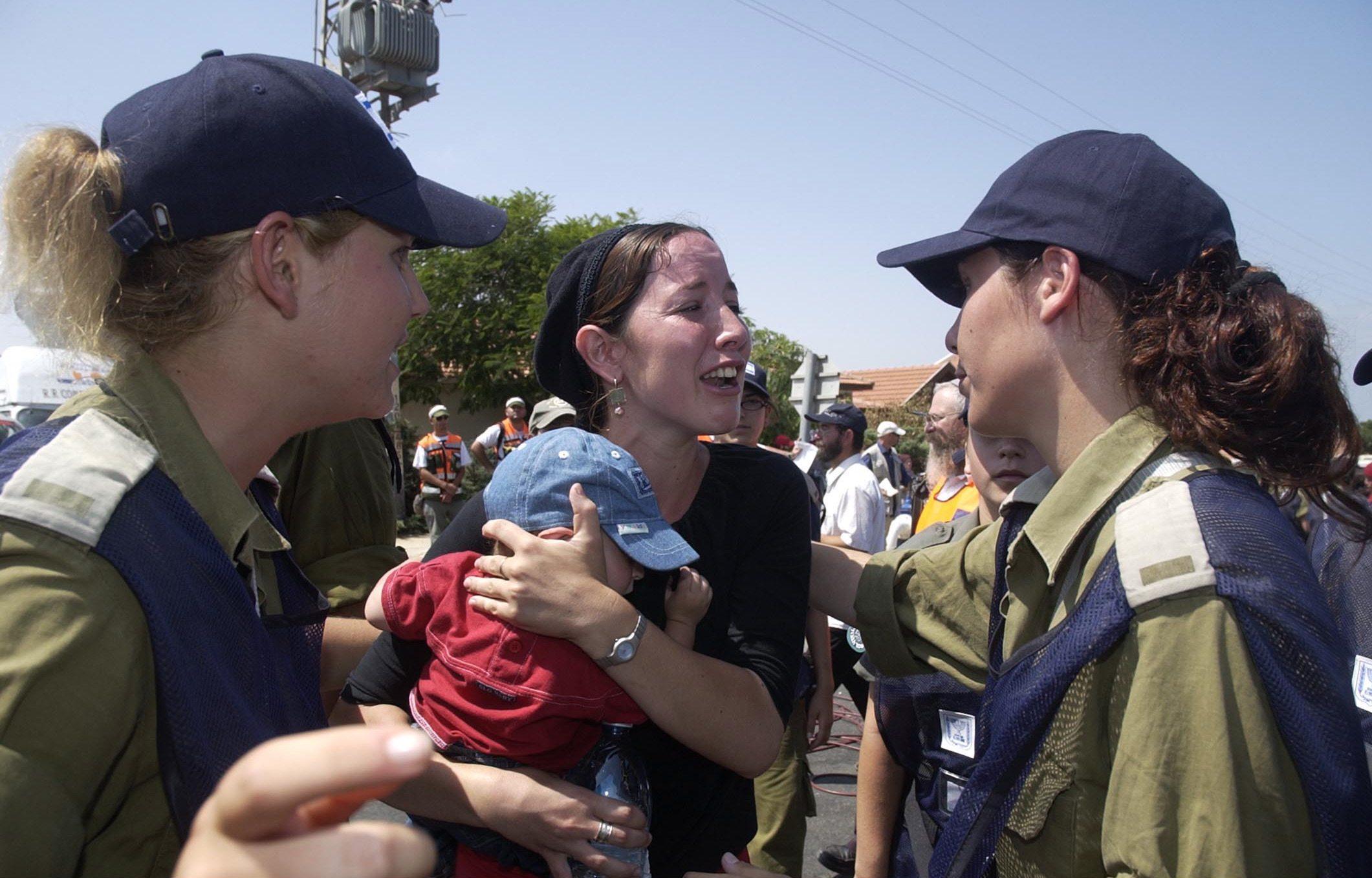 Tusenvis av israelske bosettere måtte forlate sine hjem på Gazastripen. Mange ble fjernet med makt av politiet og militæret.