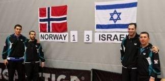 Israels bordtennislandslag etter seieren over Norge. Trener Isak Abramov til høyre i bildet. (Foto: Yossi Salpeter)