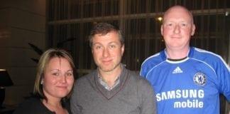 Roman Abramovich (i midten) er nå Israels rikeste statsborger. Her avbildet sammen med to Chelsea-tilhengere. (Foto: Mark Freeman/Flickr)