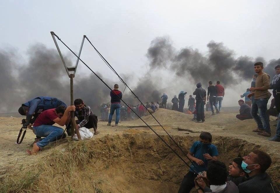 «Fredelige demonstranter » skyter på israelske soldater med det som nærmest er en katapult.