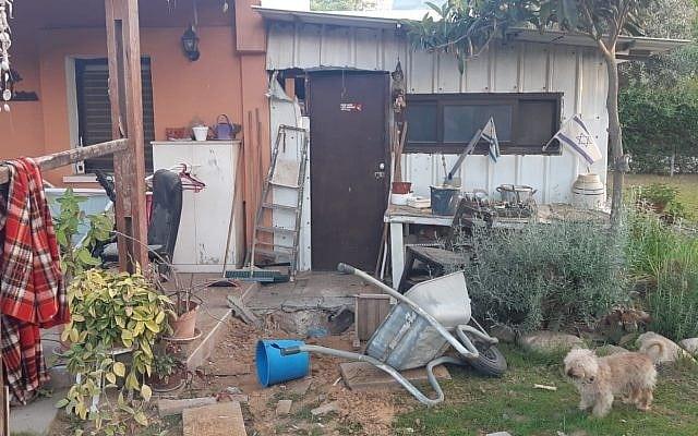 En granat eksploderte utenfor et bolighus i det sørlige Israel, men huset var tomt da angrepet skjedde. (Foto: Israelsk politi)