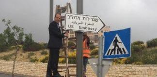 Jerusalem-ordfører Nir Barkat hang opp det første skiltet som skal vise veien til USAs ambassade. (Foto: Jerusalem kommune)