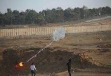 Palestinere prøver å stifte brann på israelsk side ved hjelp av en branndrage. (Foto: IDF, Twitter 8. juni 2018)