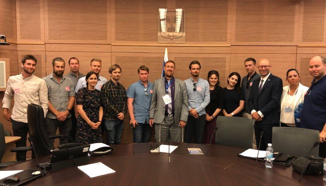 MIFF-ungdommene sammen med Knesset-medlem Yehuda Glick fra Likud. (Foto: Kjetil Ravn Hansen)