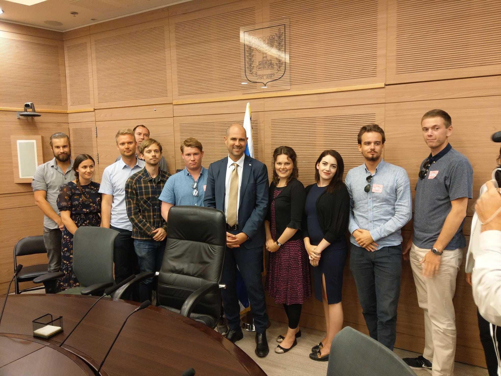MIFF-ungdommene sammen med Knesset-medlem Amir Ohana fra Likud. (Foto: Kjetil Ravn Hansen)