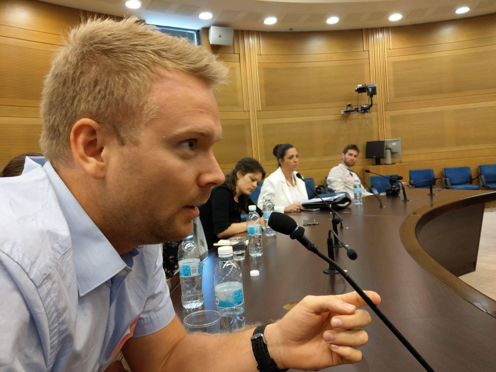 MIFFs styremedlem Lars Nordgaard stiller spørsmål i møte med en av Knesset-representantene. (Foto: Kjetil Ravn Hansen)