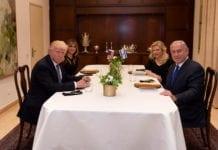 Sara og Benjamin Netanyahu tok i mai i fjor imot Donald og Melania Trump til middag i statsministerboligen i Jerusalem. Nå er Sara Netanyahu tiltalt for å ha brukt 800.000 kroner av statens midler på ulovlige middager. (Foto: Avi Ohayon/Flickr)