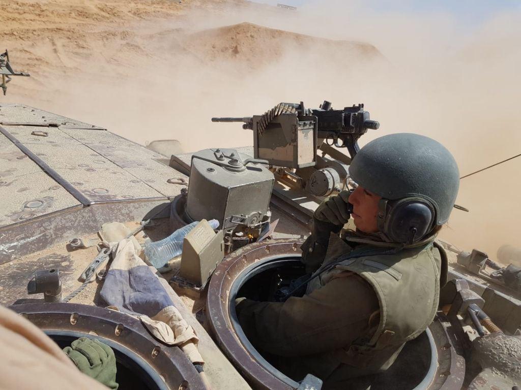En kvinnelige tankkommandør på toppen av en israelsk tanks. (Foto: Det israelske forsvaret)