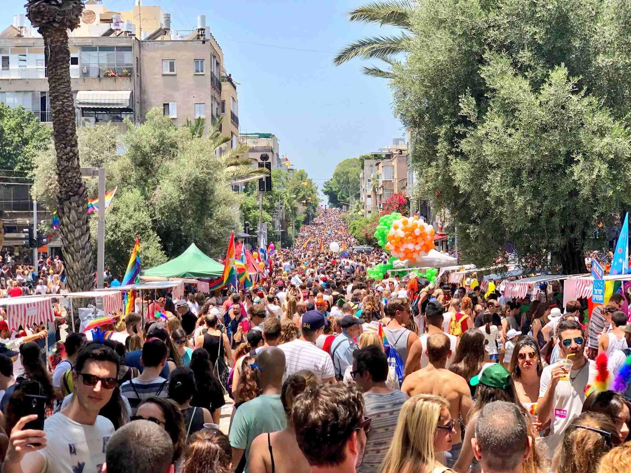 Over 250.000 mennesker deltok i årets pride-parade i Tel Aviv. Det er rekordstort oppmøte. (Foto: Twitter)