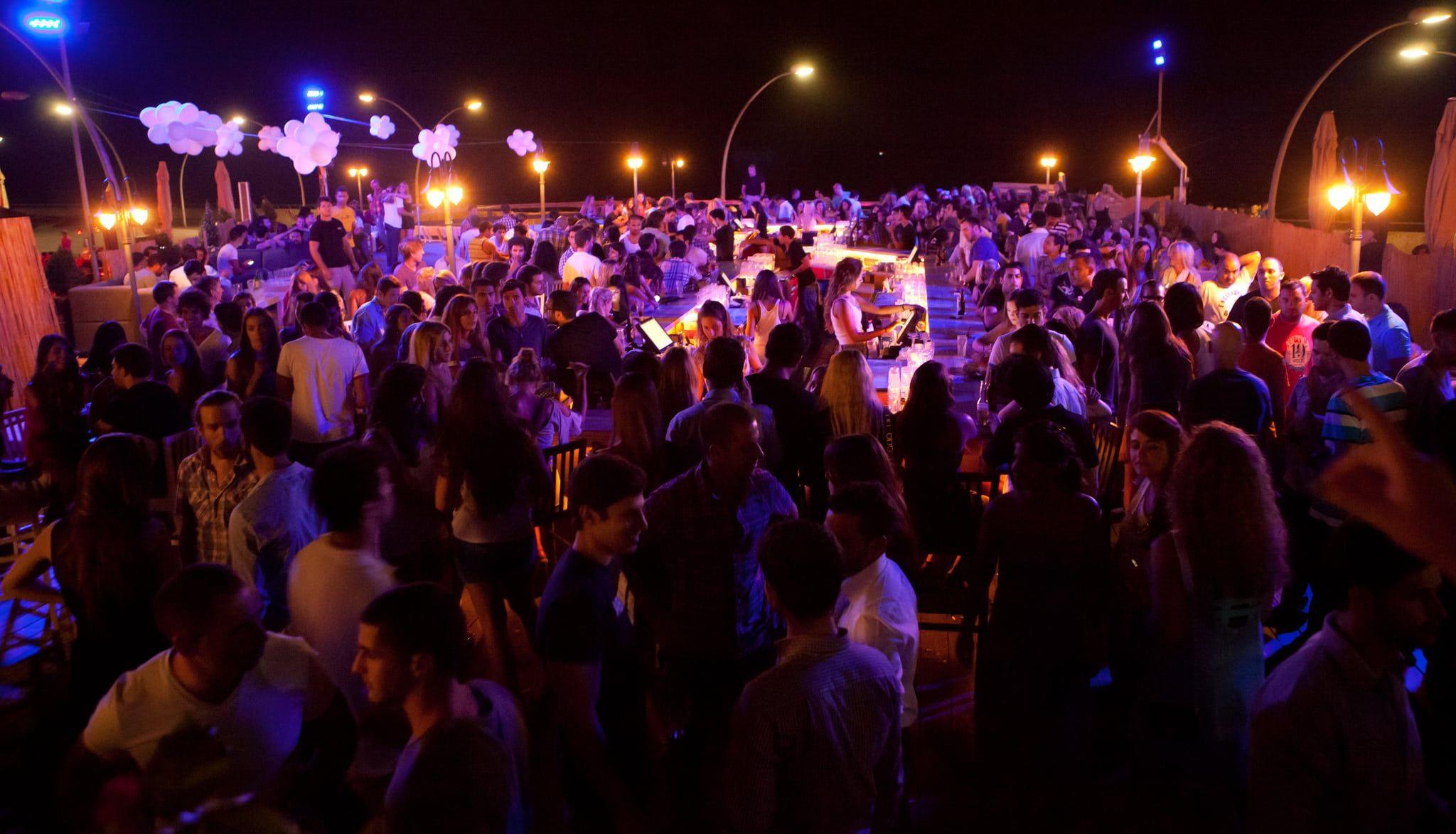 Tel Aviv er kjent for sitt vibrerende uteliv. Det trekkes fram i CNNs reisetips. (Foto: Dana Friedlander/Flickr)