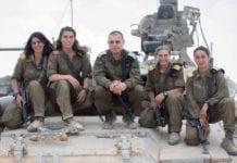 Sersjantene Shiran (t.v.), Charlotte, Osnat og Noga er Israels første kvinnelige stridsvognkommandører. De har akkurat fullført 16 uker med knallhard trening. I midten brigadegeneral Guy Hasson. (Foto: IDF)