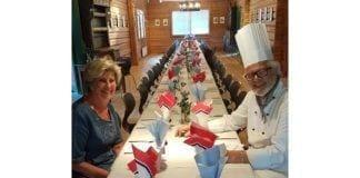 Marit og Knut Renslemo i en liten pause ved festbordet før gjestene ankom. (Foto: Privat)