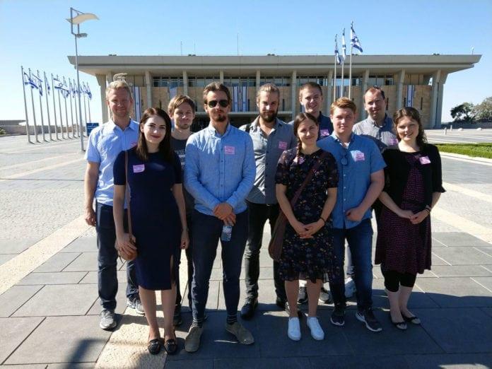 Deltakerne på MIFF-ungdomstur i 2018 foran Knesset. (Foto: Kjetil Ravn Hansen)