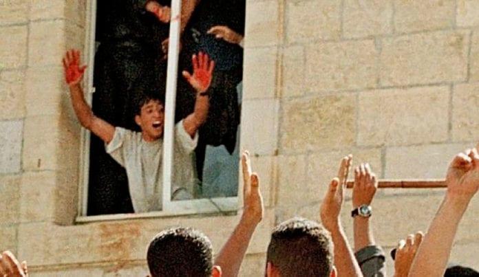 Det grusomme bildet av Aziz Salha som feirer drapet på to israelske reservesoldater ble spredt over hele verden etter lynsjingen i Ramallah i oktober 2000. (Foto: Arkiv)