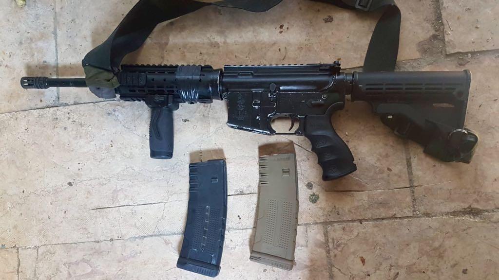 En angrepsrifle av typen M-4 ble beslaglagt i forbindelse med en razzia på Vestbredden natt til mandag. (Foto: Det israelske forsvaret)