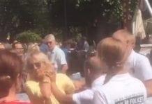 Filmopptak viser hvordan nazistene river i hendene til Christina Toledano Åsbrink slik at hun ble skadet. (Foto: Skjermdump fra Expressen/ Privatopptak)