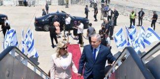 Benjamin Netanyahu og kona Sara på vei inn i flyet som skal frakte dem til Russland. (Foto: Kobi Gideon/GPO)