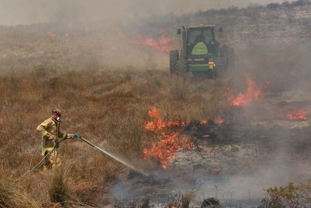 En israelsk brannmann forsøker å slokke flammene. (Foto: Ofer Levy/Facebook)