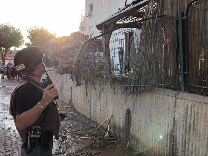 En rakett landet inne i et boligområde i byen Sderot. (Foto: Det israelske politiet)