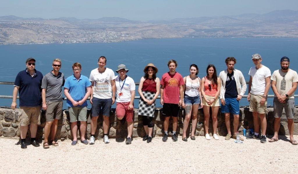 Gruppebilde med guide Yoni Zierler på Mitzpeh HaShalom. (Foto: Kjetil Ravn Hansen)