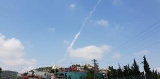 En røyksky henger igjen etter at en Patriot-missil ble avfyrt mot en drone som kom fra Syria fredag ettermiddag.