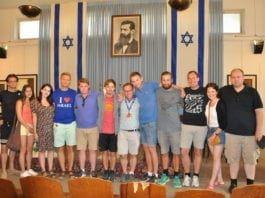 MIFF-ungdommene på besøk i Independence Hall i Tel Aviv. Reiselederne Lars Nordgård (blå t-skjorte) og Kjetil Ravn Hansen (ytterst til høyre) er også med på dette bildet. (Foto: Kjetil Ravn Hansen)